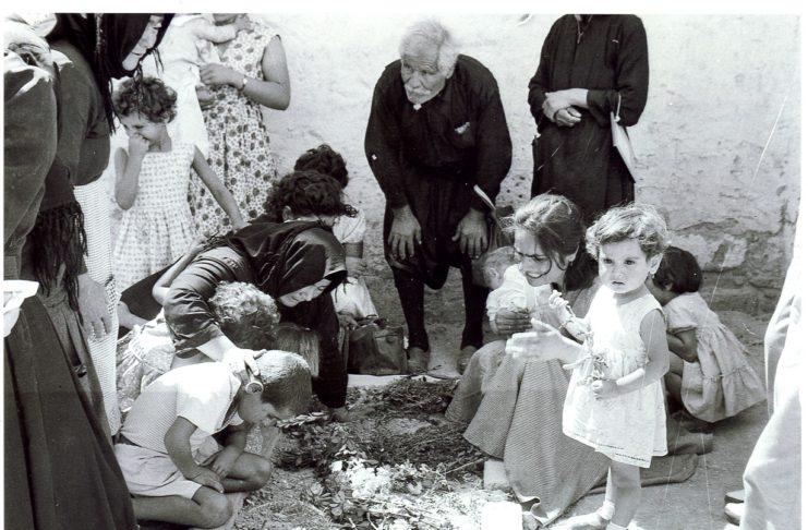 «Φυλακισμένα Μνήματα». Η συγκλονιστική στιγμή που τα παιδιά του αγωνιστή Παναγίδη αντικρίζουν για πρώτη φορά τον τάφο του πατέρα τους. Απαγχονίστηκε από τους Άγγλους
